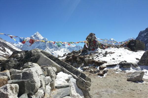 Nach einem steilen Anstieg haben wir uns hier kurz ausruhen wollen, bis wir um uns herum Gedenktafeln entdeckten...