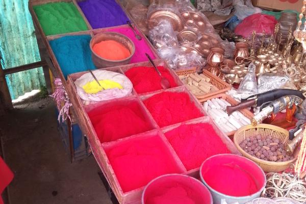 Aufgrund eine bevorstehenden Festes zu Ehren Shivas, gab es Farben in allen Variationen. Das Pulver wird hauptsächlich für das Tilaka oder Tika zwischen den Augen verwendet.