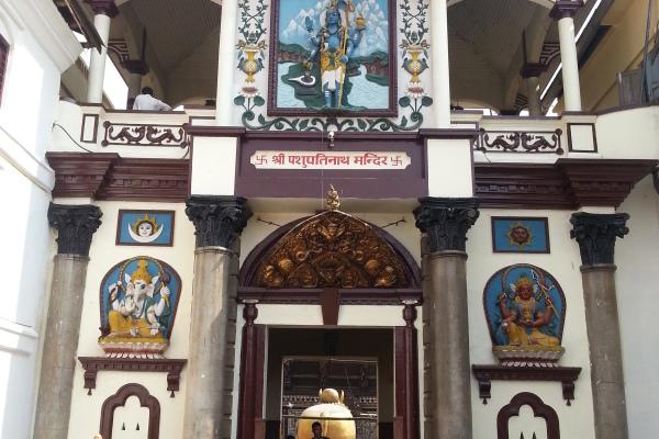 Der Eingang in das Tempelinnere ist nur Hinduisten gestattet