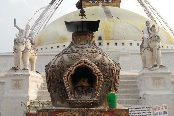 Ein Rauchfass vor der Stupa