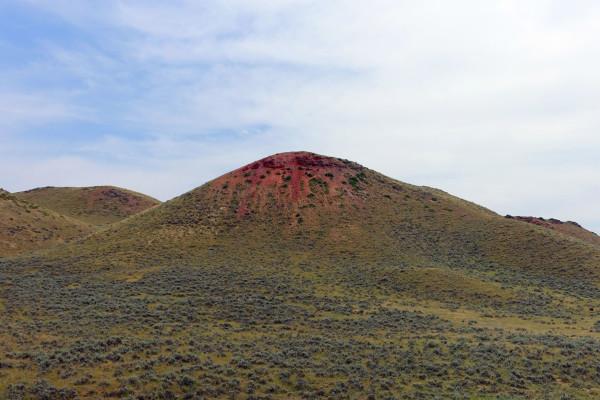 Durch das rote Gestein sieht es aus als würden die Berge bluten.