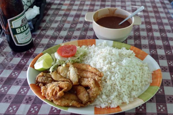 mit Reis und Bohnen