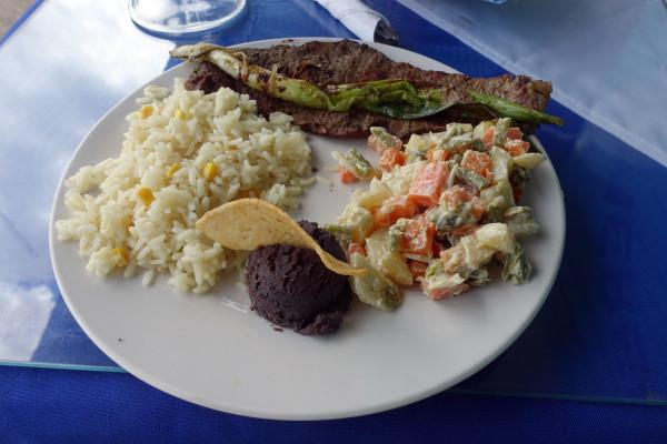 Kokosreis, Rind, Gemüse und Bohnenmousse