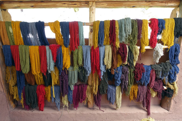 Mit Naturfarbe gefärbte Wolle