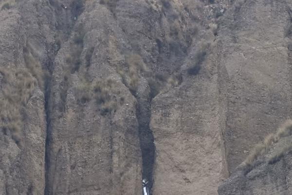 Ein Auto hängt in der Felsspalte