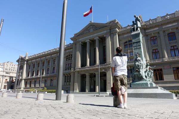 Richter Arne vor dem Justizpalast