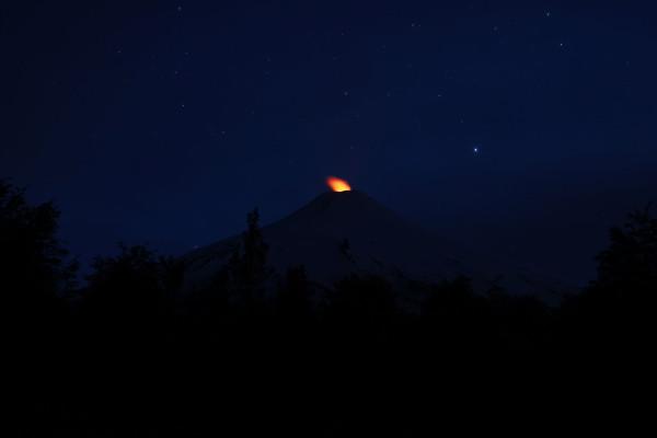Der Vulkan Villarrica bei Nacht