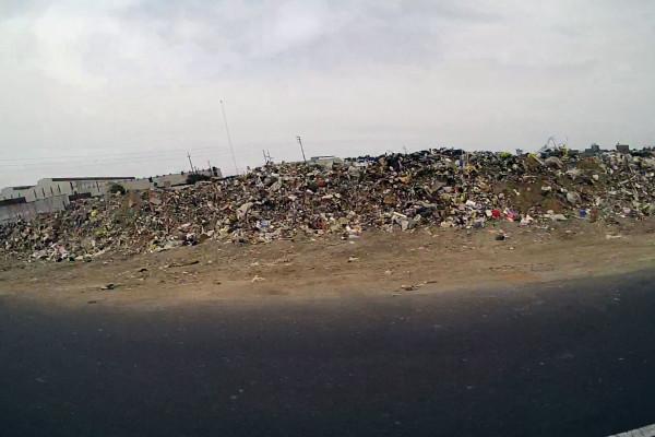 Müllberg mitten in der Stadt