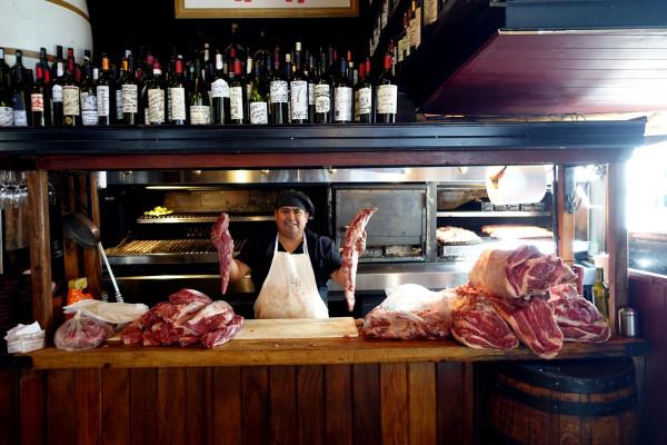 Bei Don Julio werden die Steaks vorbereitet